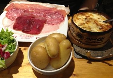 restaurant-chalet-savoyard-paris-fromage-charcuterie-ski-chalet-cuisine-regionale-gastronomie-franccca7aise-raclette-fondue-ledru-rollin-mont-dor
